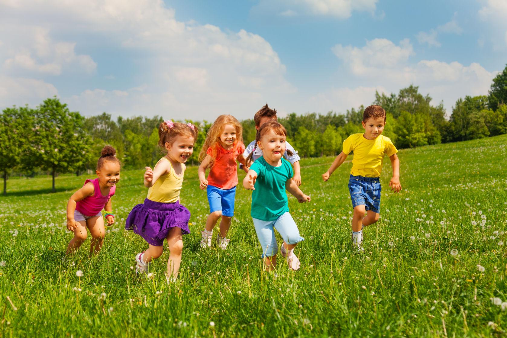 Фото счастливых детей в саду